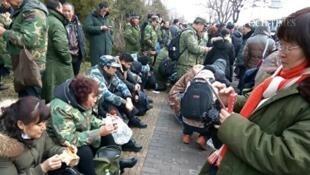 图为人数众多的复员军人 从各地成功抵达北京示威 资料照片