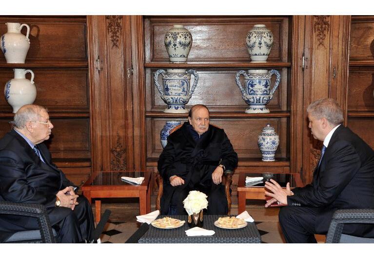 Le président algérien Abdelaziz Bouteflika (c.) en compagnie de A. Gaid Salah (g.), chef d'état-major des armées, et du Premier ministre A. Sellal (d.) . Depuis quelques mois, des bouleversements ont lieu au sein des services de sécurité algériens.