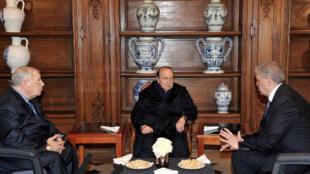 លោកប្រធានាធិបតីអាល់ហ្សេរី Abdelaziz Bouteflika (កណ្តាល) នាយសេនាធិការ Ahmed Gaid Salah (ឆ្វេង) និងលោកនាយករដ្ឋមន្រ្តី Abdelmalek Sellal (ស្តំា)