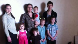 Lilia, entourée de ses sept enfants dans l'appartement quasi-vide qu'elle loue avec son mari, à Kramatorsk. La famille à fui les combats de Makiivka près de Donetsk.