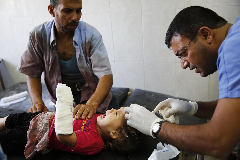 Menina palestina recebe cuidados médicos depois de ser atingida por explosivos em Gaza.