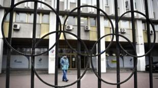 2019年11月26日,一名男子在俄羅斯奧委會(ROC)莫斯科總部的前面走過。