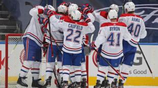 Les Montréal Canadiens célèbrent leur victoire sur les Maple Leafs lors du septième match des play-offs de la NHL, le 31 mai 2021 à Toronto