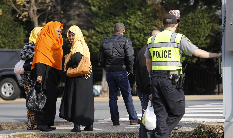 Женщины направляются в исламский центр недалеко от Вашингтона, 11 декабря 2015 г.