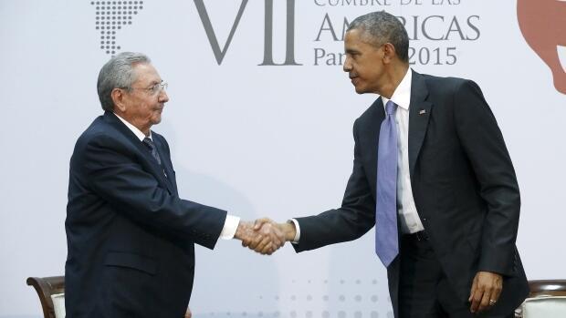 O presidente cubano, Raúl Castro, e o presidente norte-americano, Barack Obama, durante encontro bilateral em 11 de abril de 2015.