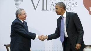 Raúl Castro (esquerda) e Barack Obama durante o encontro bilateral neste sábado, 11 de abril de 2015.