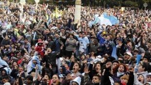 Torcedores argentinos comemoram, em Buenos Aires, a vitória sobre a Suíça.