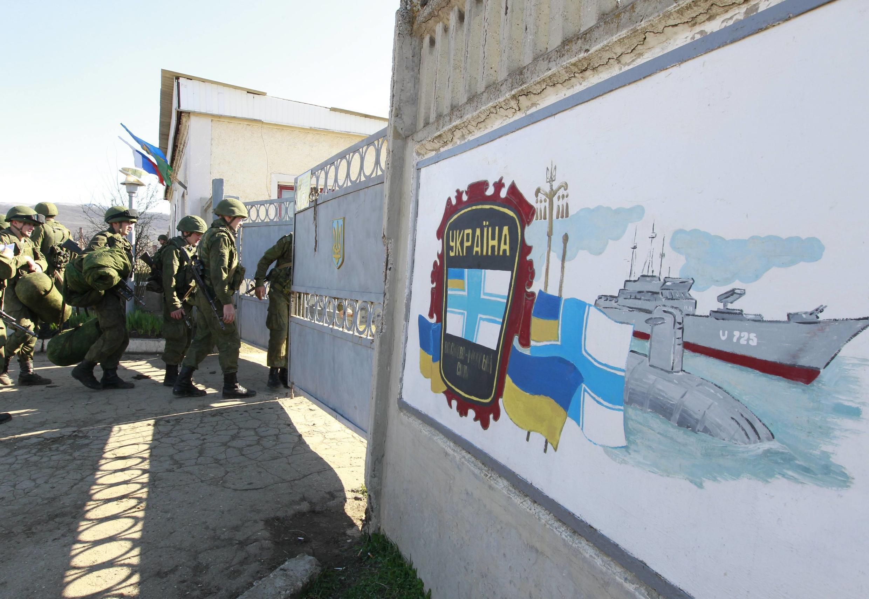 Soldados russos entram em base militar de Perevalnoi, próximo à cidade de Simferópol, na Crimeia