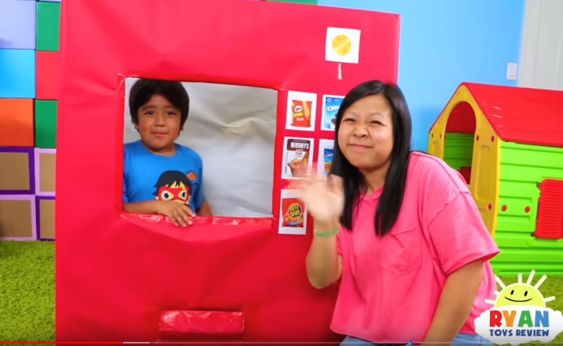Le jeune Youtubeur Ryan Kaji se met régulièrement en scène avec ses parents.