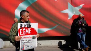 De nombreuses personnes sont venus manifester leur soutien devant les locaux du journal, ce lundi 31 ocotbre 2016 à Istanbul.