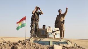 Tropas peshmerga curdas combatendo o Estado Islâmico