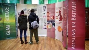 Des visiteurs lisent des panneaux d'information sur les musulmans au Royaume-Uni, dans la mosquée de Finsbury Park, lors d'une journée porte ouverte, le 1er février 2015.