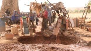 Des orpailleurs en plein travail, à Kroukéto, dans la région de Kayes au Mali.