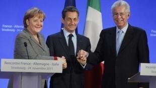 La chancelière allemande, Angela Merkel (G), le président français Nicolas Sarkozy (C) et le président du Conseil italien, Mario Monti à la fin de leur réunion sur la crise de l'euro, le 24 novembre 2011, à Strasbourg, dans l'est de la France.