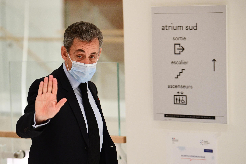 El expresidente francés Nicolas Sarkozy se retira de una audiencia en su juicio por cargos de corrupción, el 8 de diciembre de 2020 en el tribunal de París