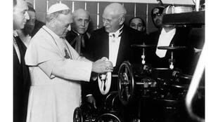 Le pape Pie XI, lors de l'inauguration de Radio Vatican, à Rome (Italie), le 7 février 1931.