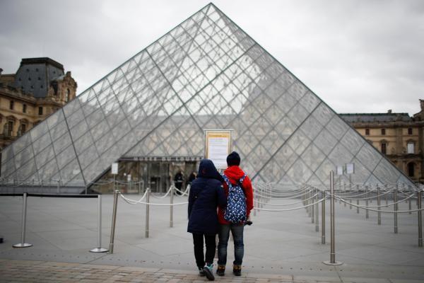 Turistas encontram museu do Louvre fechado neste sábado, em Paris. (14/03/2020)