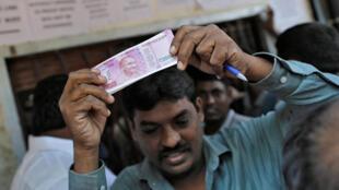 Bên ngoài một ngân hàng tại Mumbai, Ấn Độ, ngày 24/11/2016. Ảnh minh họa.