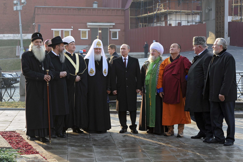 Tổng thống Nga chụp ảnh chung với một số lãnh đạo tôn giáo nhân Ngày thống nhất quốc gia 04/11/2014, kỷ niệm sự kiện giải phóng Matxcơva khỏi quân Ba Lan năm 1612.