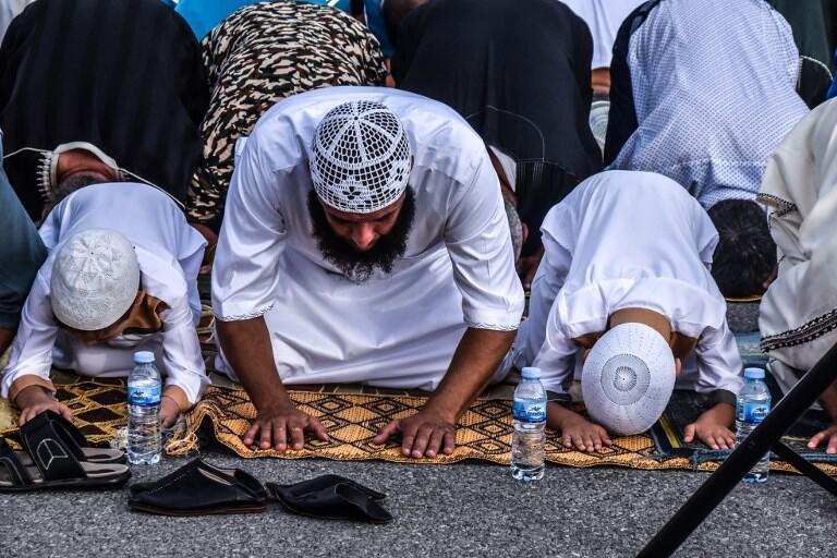 Muçulmanos orando no dia do Ide ul-Adha