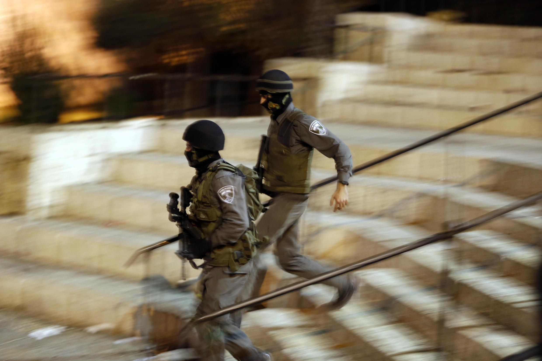 Cảnh sát Israel tới nơi xảy ra vụ hành hung bằng dao, Jerusalem, ngày 03/10/2015.
