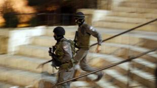 Policiais israelenses em Jerusalém, após os ataques que deixaram dois mortos no sábado (3).