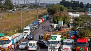 Les routiers brésiliens en grève bloquent une raffinerie de Araucaria, au Brésil, le 25 mai 2018.
