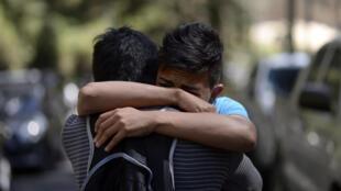 Deux adolescents du foyer sous le choc après l'incendie qui a tué 19 adolescentes. Le feu s'est déclaré dans l'aile réservée aux filles du foyer Seguro Virgem de la Asuncion, à l'est de la capitale, le 8 mars 2017.