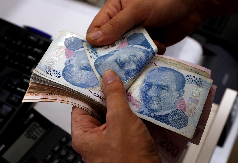Un employé d'un bureau de change compte des billets de livres turques à Istanbul, le 2 août 2018.