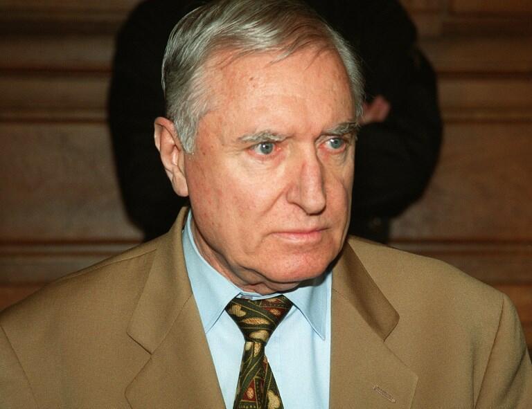 Photo prise le 4 mai 1999 de l'ancien mercenaire Bob Denard, 70 ans, dans le box des accusés, devant les assises de Paris.