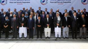 Le président Ashraf Ghani et les délégations de 25 pays, lors de la conférence de Kaboul pour la paix en Afghanistan, le 28 février 2018.