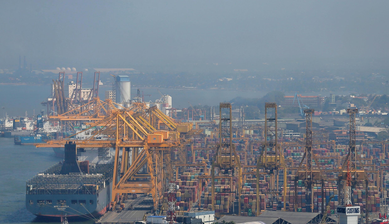 Une vue générale du principal port de Colombo au Sri Lanka, le 11 janvier 2019.
