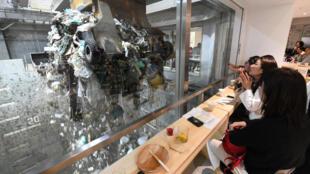 Frequentadores do bar Gomi Pit observam lixo sendo tratado numa usina de Tóquio