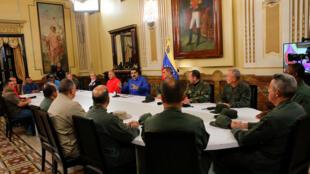 Tổng thống Venezuela Nicolas Maduro (áo xanh tím) phát biểu trong cuộc gặp các thành viên chính phủ và chỉ huy quân đội, Caracas, ngày 30/04/2019