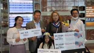 2021年4月7日上午,对华援助协会会长傅希秋在德克萨斯州米德兰国际机场接到了施明磊(左四)及其女儿小豆豆(左三)。(对华援助协会网站)