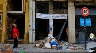 Un mois après l'explosion du 4 août 2020, un homme observe les dommages causés par l'explosion à Beyrouth, le 4 septembre 2020.
