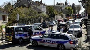 Agentes de la policía bloquean una calle cerca de la comisaría de Rambouillet, al suroeste de París, Francia, el 23 de abril de 2021