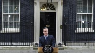 Primeiro-ministro David Cameron falou à imprensa em frente ao 10, Downing Street, em Londres.