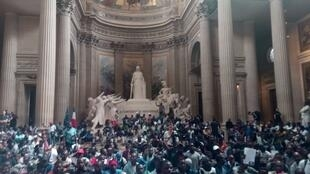 """An association in favour of undocumented migrants, calling itself """"Black Vests"""", stormed France's Pantheon building Friday to call for more social protection, 12 July 2019"""