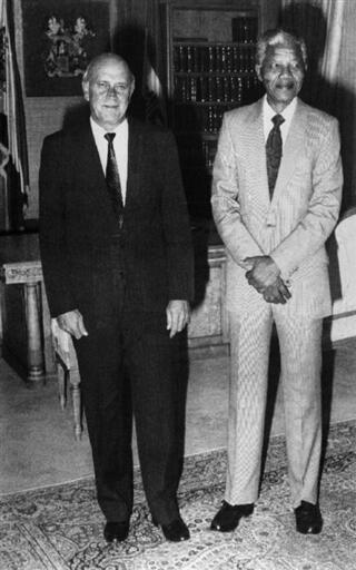 Frederik de Klerk en compagnie de Nelson Mandela, le 9 février 1990, deux jours avant sa libération.