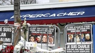 Des fleurs et des messages, photographiés le 6 janvier 2016, rendant hommage aux victimes de l'attentat de l'Hyper Cacher perpétré le 9 janvier 2015, à Paris.