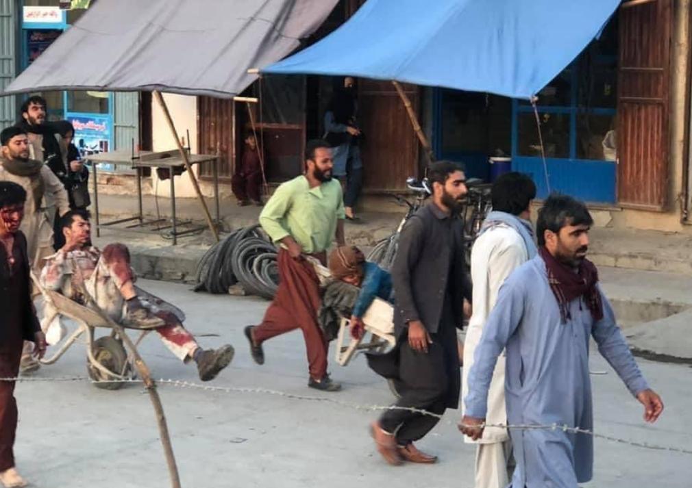 網絡上流傳出周四襲擊發生後疑似從阿富汗國際機場撤出的傷員