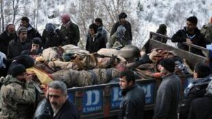 Ce 29 décembre 2011, des villageois entourent un véhicule transportant les corps des victimes du bombardement de l'armée turque dans la province de Şırnak.