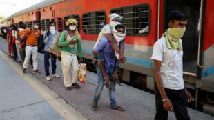 2020-05-02 india HEALTH CORONAVIRUS SOUTHASIA migrant workers train
