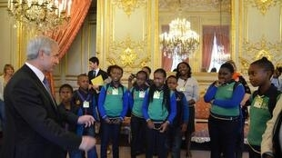 President of the French National Assembly, Claude Bartolone, with children from the Winnie Ngwekazi school in Soweto