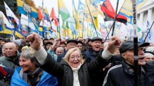 Phe ủng hộ Mikheil Saakashvili và chống tổng thống Porochenko tuần hành tại Kiev, Ukraina ngày 17/10/2017.