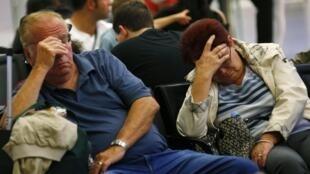Passageiros da Lufthansa aguardam transfer nesta terça-feira no aeroporto de Frankfurt.