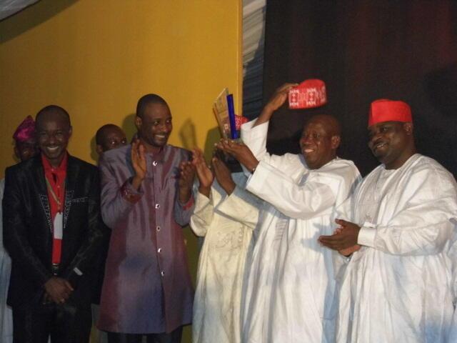 Mataimakin gwamnan Kano, Abdullahi Umar Ganduje na karbar kyautar da aka bai wa gwamna Kwankwaso