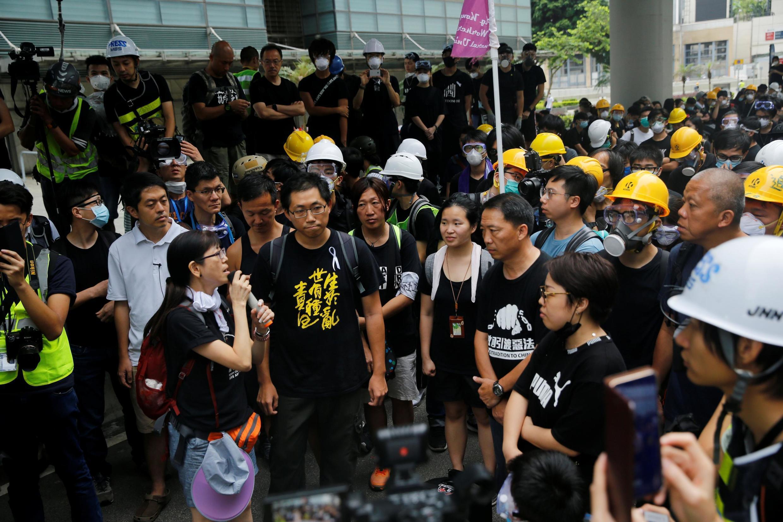 聚集在香港立法会门前的抗议人员 2019年6月17日
