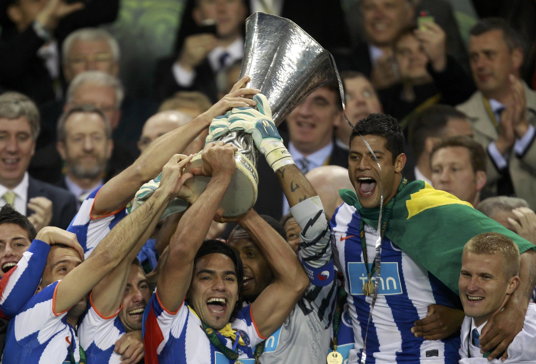 Os  jogadores  do  FC Porto festejam a vitória na  Liga  Europa 2011.